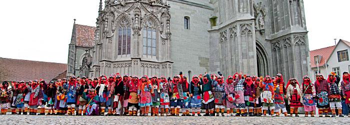 Münsterhexen kleines Gruppenbild aus dem Jubiläumsjahr 2012 auf dem Münsterplatz
